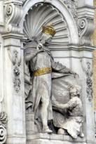 Памятник Генриху II стоит у стены основанного им монастыря Шоттенштифт, где он был похоронен в 1177 году